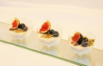 Kókusztejes pannacotta friss gyümölcsökkel, pohárkrém