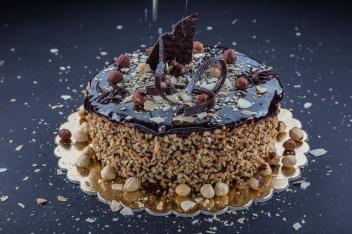 Mogyoró pralinés dacquoise csokitorta